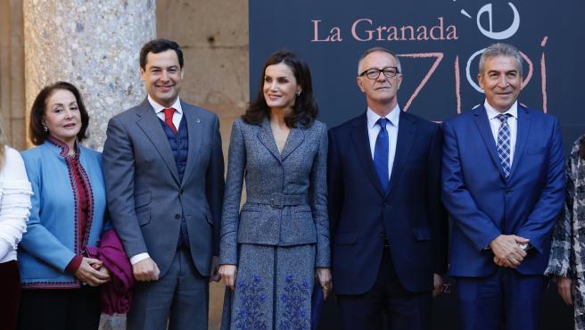 La reina Letizia llega a la Alhambra, junto al presidente de la Junta, Juanma Moreno, yel ministro de Cultura, José Guirao, entre otros, para visitar la exposición 'La Granada zirí y el universo bereber'