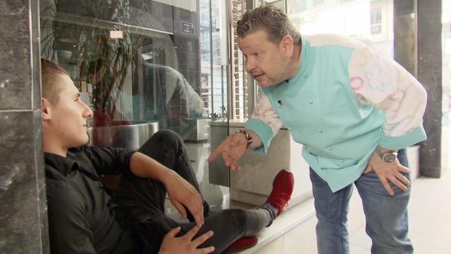 Alberto Chicote discute con un empleado en 'Pesadilla en la cocina'.