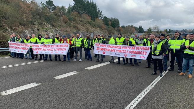 Transportistas del carbón cortan durante unos 20 minutos la autovía A-6 en Guitiriz (Lugo).