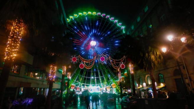 Vigo inaugura una noria navideña iluminada con luces de colores, en Vigo, a 27 de noviembre de 2019.