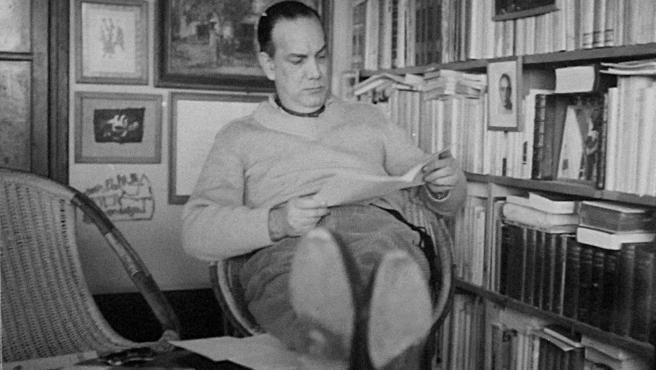 Camilo José Cela (leyendo)