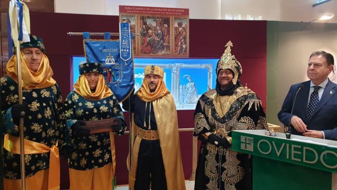 El alcalde de Oviedo, Alfredo Canteli, visita la exposición de belenes en Trascorrales