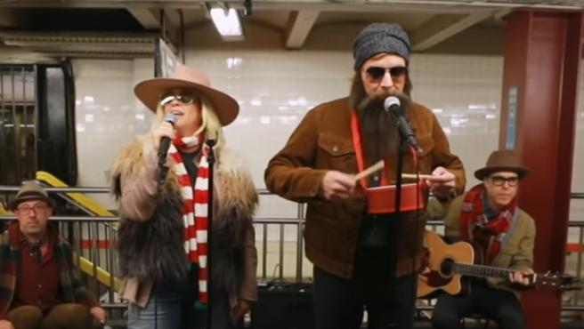 Jimmy Fallon y Alanis Morissette cantan de incógnito en el metro.