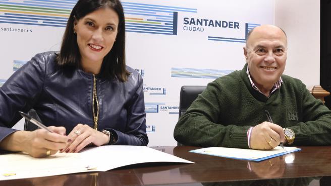 La alcaldesa de Santander, Gema Igual, y el presidente de la asociación ASPACE, José Manuel Cruz, firman el convenio