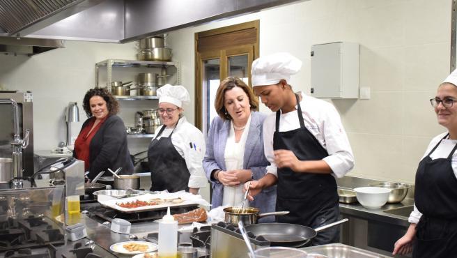 La consejera de Economía, Empresas y Empleo de C-LM, Patricia Franco, en la Escuela de Hostelería de Tembleque