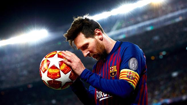Leo Messi con un balón