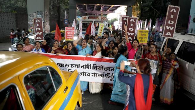 Manifestación de mujeres en Kolkata (India) por el caso de violación en grupo y asesinato de una joven veterinaria de 27 años en Hyderabad.