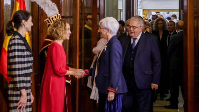 María José Segarra y Meritxell Batet se saludan en el acto de Conmemoración del Día de la Constitución en el Congreso de los Diputados, en Madrid (España) a 6 de diciembre de 2019.