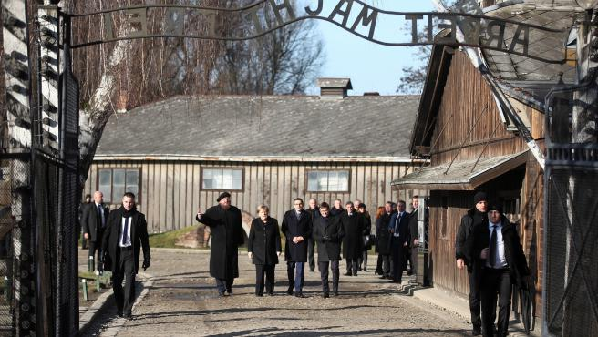 """La canciller alemana, Angela Merkel, paseo por el interior de Auschwitz, donde ha declarado sentirse """"profundamente avergonzada por los crímenes atroces que cometieron los alemanes""""."""