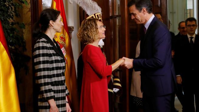 El presidente del Gobierno en funciones, Pedro Sánchez. saluda a las presidentas del Congreso y del Senado, Meritxell Batet y Pilar Llop.