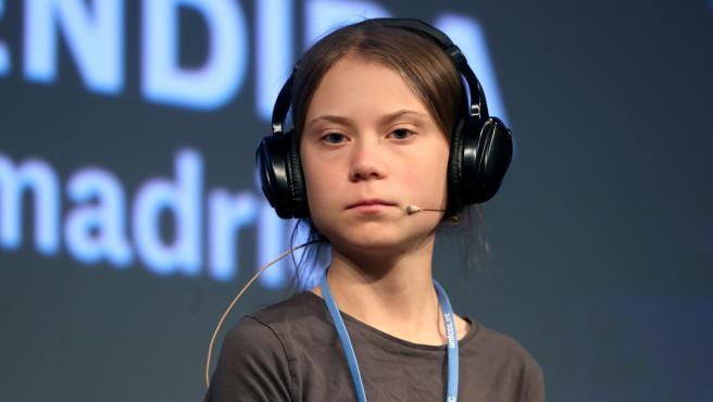 La activista Greta Thunberg escucha la traducción simultánea durante la rueda de prensa en Madrid.