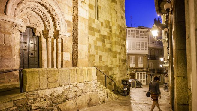Una mujer camina por una calle de A Coruña