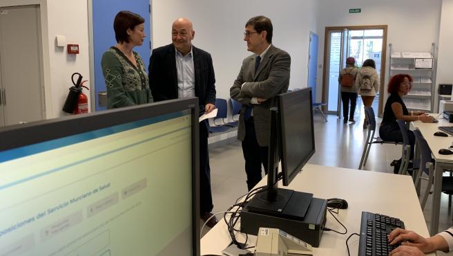 El consejero de Salud visitó la zona de las oficinas centrales del SMS donde se habilitaron ordenadores y personal de apoyo para realizar la autobaremación de los méritos