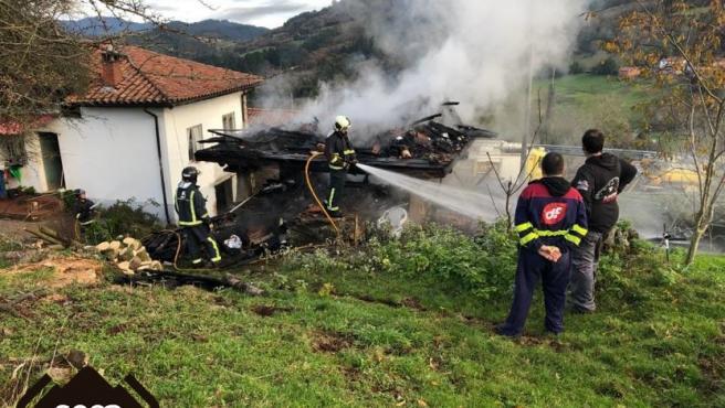 Extinción de un incendio en Salas