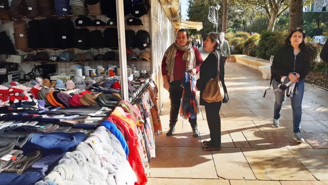 La edil socialista Maria del Carmen Sánchez visita el mercadillo navideño de el Paseo del Parque.