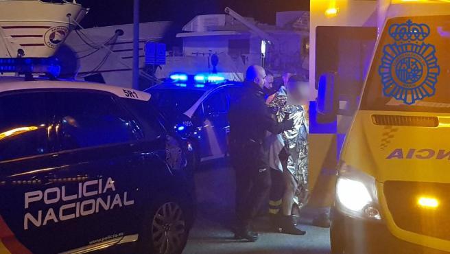 Los agentes conducen al hombre a una ambulancia.