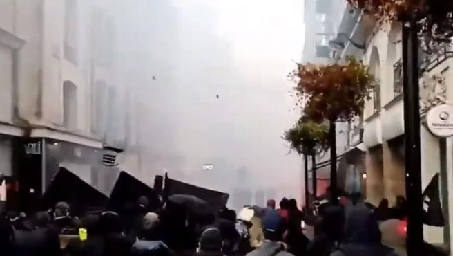 Manifestantes lanzan objetos contra la Policía en el marco de las protestas contra Macron.