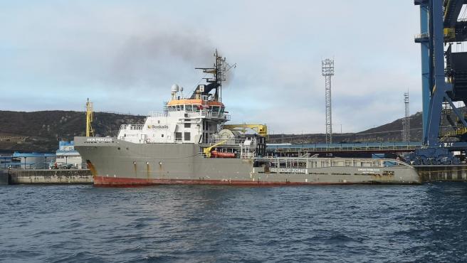 Remolcador Union Princess en el puerto exterior de Ferrol para ayudar en las labores de desencallamiento del Blue Star