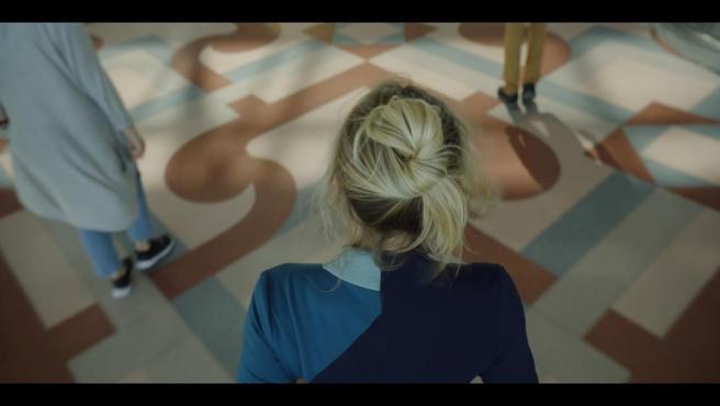 Imagen de la serie The Flight Attedant, protagonizada por Kaley Cuoco