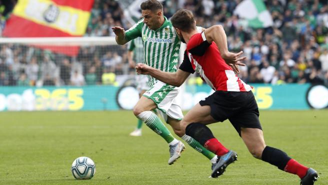 Joaquín conduce un balón en el partido entre Betis y Athletic.