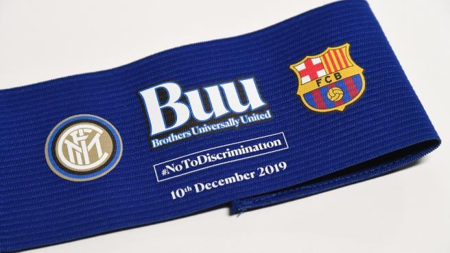 El brazalete que los capitanes de Inter y Barça lucirán en San Siro.