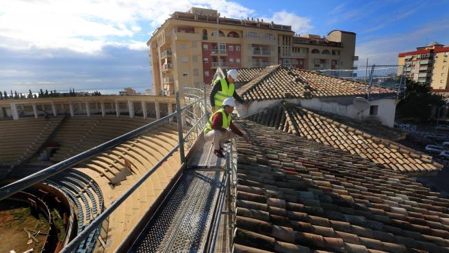 El concejal de Obras de Marbella, Diego López, revisa las obras de la plaza de toros marbellí