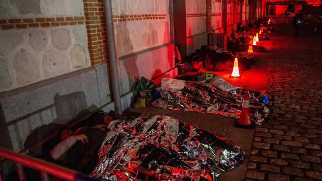 Cientos de madrileños se han puesto este sábado en la piel de una persona sin hogar durmiendo a la intemperie en el centro cultural Matadero.