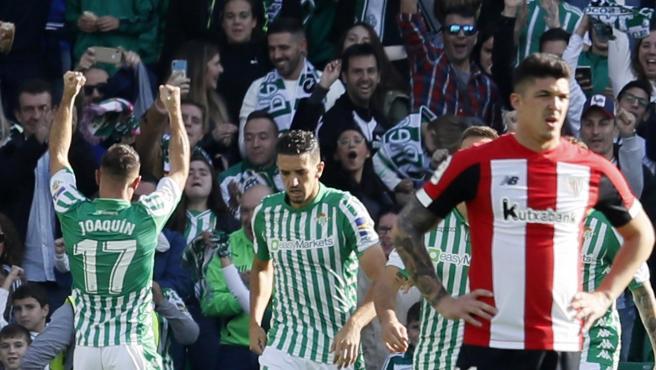 Joaquín celebra uno de sus goles frente al Athletic.