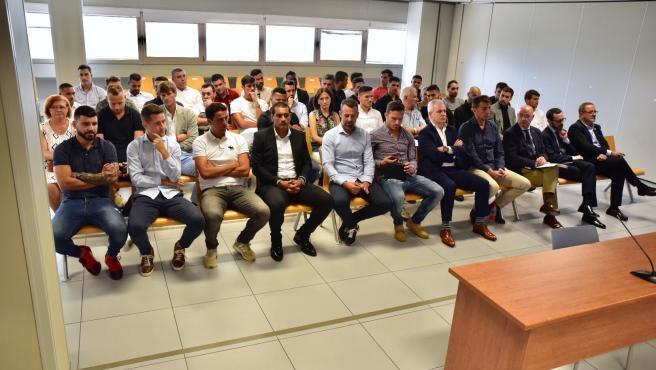 Alguns dels jugadors i tècnics dels esquipos de futbol, Reial Saragossa i el Levante UD en 2011, se senten en la banqueta en la primera jornada del juí per la presumpta manya del partit de futbol Levante-Zaragoza de 2011.