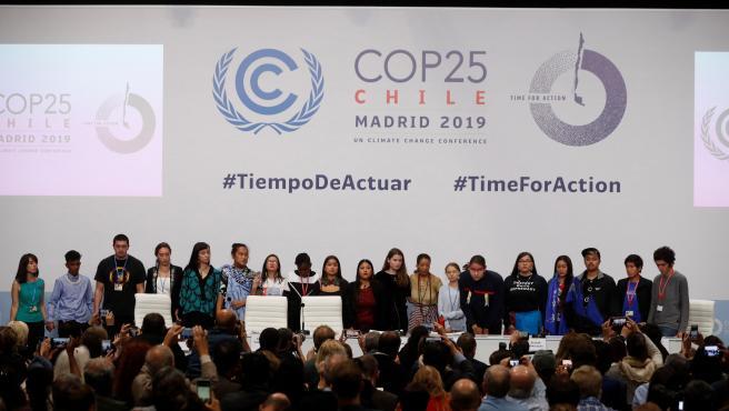 Jóvenes activistas de diferentes países, en la Zona Azul de la COP25.