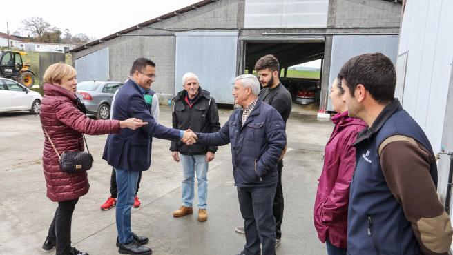 El conselleiro do Medio Rural, José González, visita la explotación Gandaría Bello SC, en Trazo (A Coruña).