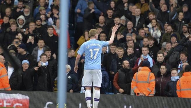 De Bruyne llama la atención a los aficionados violentos en el derbi de Manchester.