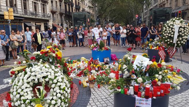 Ofrendas florales en La Rambla por el primer aniversario de los atentados del 17A, en una foto de archivo.