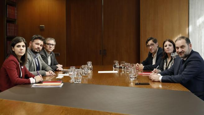 Los negociadores del PSOE y de ERC se han reunido durante dos horas y media en la sede del Área Metropolitana de Barcelona (AMB). Se trata de su tercer encuentro público, y el cuarto si contamos el contacto más discreto que mantuvieron lugar este lunes, y el objetivo es buscar un acuerdo sobre el calendario para la mesa de diálogo político sobre Cataluña.