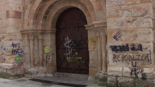 El enfado de los zamoranos es difícil de disimular. Les duele ver su ciudad así, con pintadas en la muralla medieval o en la Iglesia de San Esteban. Sitios poco transitados de noche y con poca iluminación. Ya se han limpiado varias veces los grafitis, pero a los dos días vuelven a aparecer.