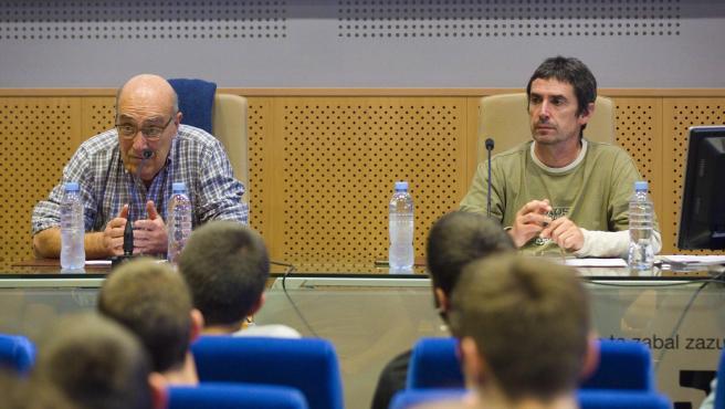 El expreso de ETA José Ramón López de Abetxuko y el abogado de la izquierda abertzale Txema Matanzas, durante la charla en la Universidad del País Vasco.