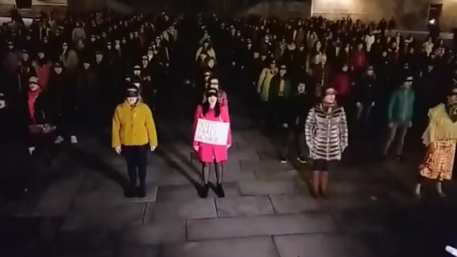 """Concentración en la Plaza Obradoiro para representar """"Un violador en tu camino""""."""