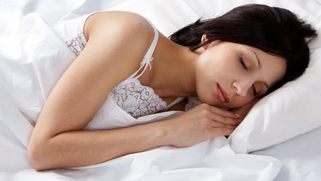 Una chica duerme plácidamente.