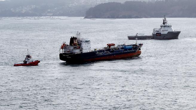 """Los remolcadores desplazados a Ares (A Coruña) para el rescate del """"Blue Star""""."""
