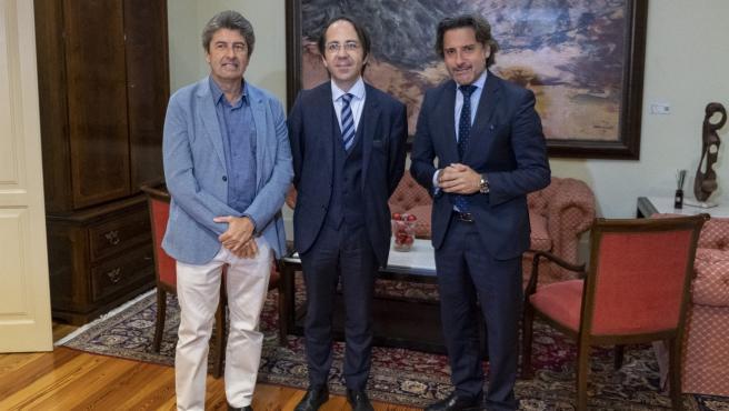 El presidente del Parlamento, Gustavo Matos (d), junto a los miembros de Demócratas para el Cambio