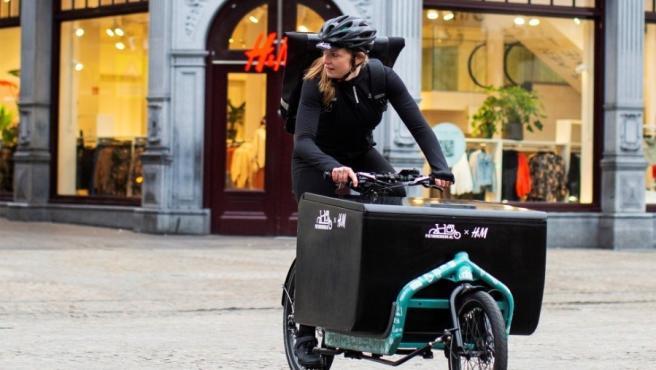 H&M prueba la entrega de pedidos en bicicleta H&M prueba la entrega de pedidos en bicicleta 12/10/2019