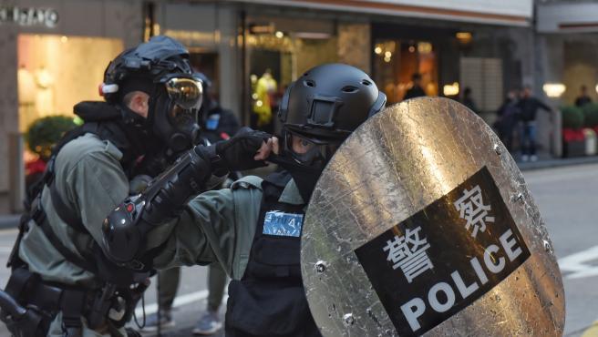 Policías en Hong Kong vigilando una protesta.