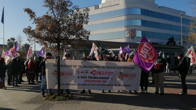 Imagen de la concentración celebrada este martes en las puertas de la Diputación de Granada
