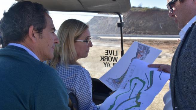 La alcaldesa de Fuengirola visita las obras de urbanización de la zona norte de Carvajal y El Higueron