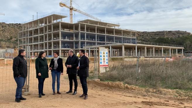 Miembros del PP de Teruel, ante las obras del futuro Hospital de Alcañiz.