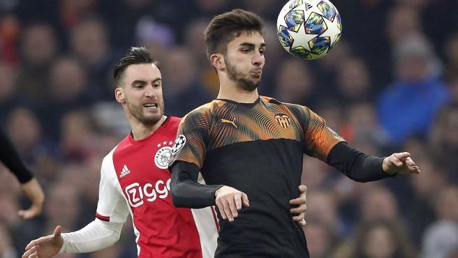 Ferrán Torres pugna por el balón durante el Ajax - Valencia.