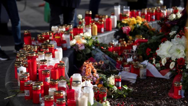 Altar improvisado con velas en recuerdo del bombero fallecido.