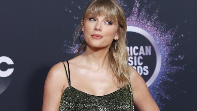 La revista Forbes ha publicado su lista anual de los artistas mejor pagados del mundo y, por segunda vez en cinco años, la cantante estadounidense, Taylor Swift, se ha hecho con el primer puesto, facturando 164 millones de dólares. En segundo lugar, se encuentra Kanye West, rapero y marido de la famosa empresaria Kim Kardashian, que ha ganado este año 135 millones de dólares.