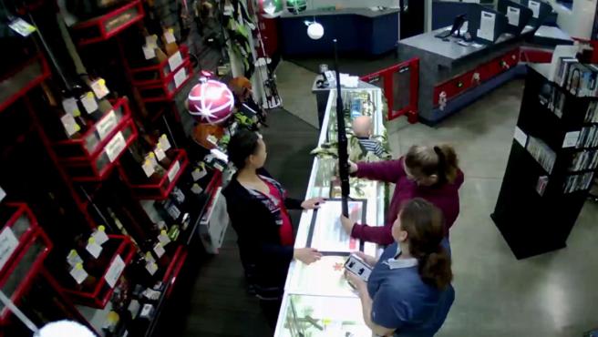 Un bebé se cae del mostrador de una tienda mientras su madre estaba comprando un arma de fuego.