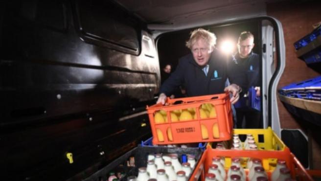 Boris Johnson se esconde en un camión frigorífico para evitar a un periodista.